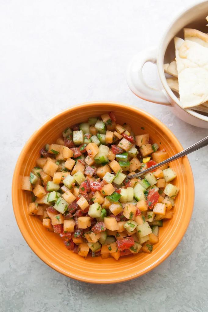 Дыню теперь научилась добавлять в салат. Обязательно готовлю закуску с огурцами, томатами и кукурузой