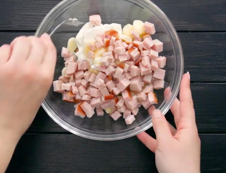 Нажарила пышные оладьи с колбасой и сыром на всю семью за полчаса. Всегда добавляю в тесто банку йогурта