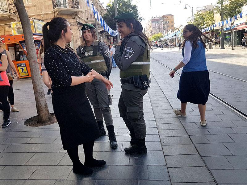 Стоять на зеленый свет, уступать женщинам место: что не принято делать в Израиле