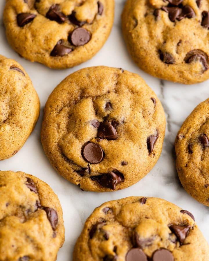 В сезон тыквы часто делаю тыквенное печенье с шоколадной крошкой: дети его обожают