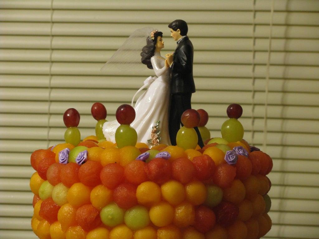 На свадебном торте можно здорово сэкономить, если сделать его из пенопласта, пластиковых колонн и свежих фруктов