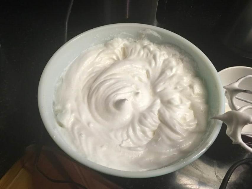 Попытка приготовить ангельский бисквит не увенчалась успехом, поэтому пришлось внести поправки в сам рецепт: теперь десерт получается идеальным
