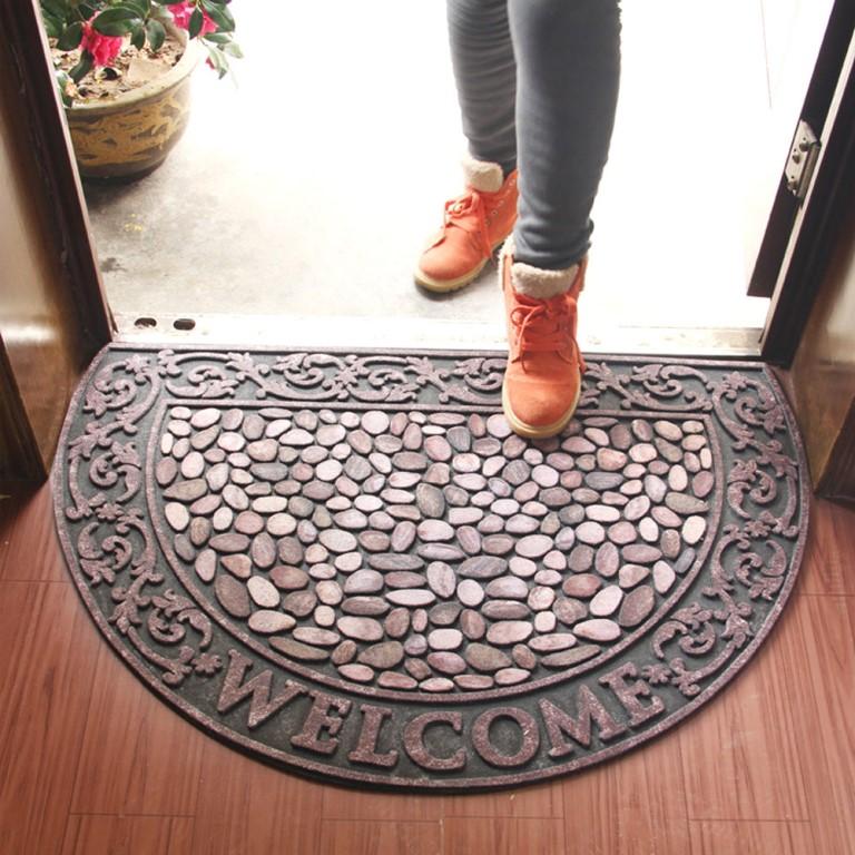 Возле входной двери ничего поднимать нельзя, ведь это могут быть подклады: как их различить и чего стоит ждать