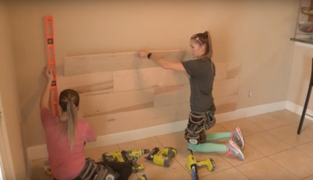Сделали в гостиной акцентную деревянную стену: делюсь простой инструкцией