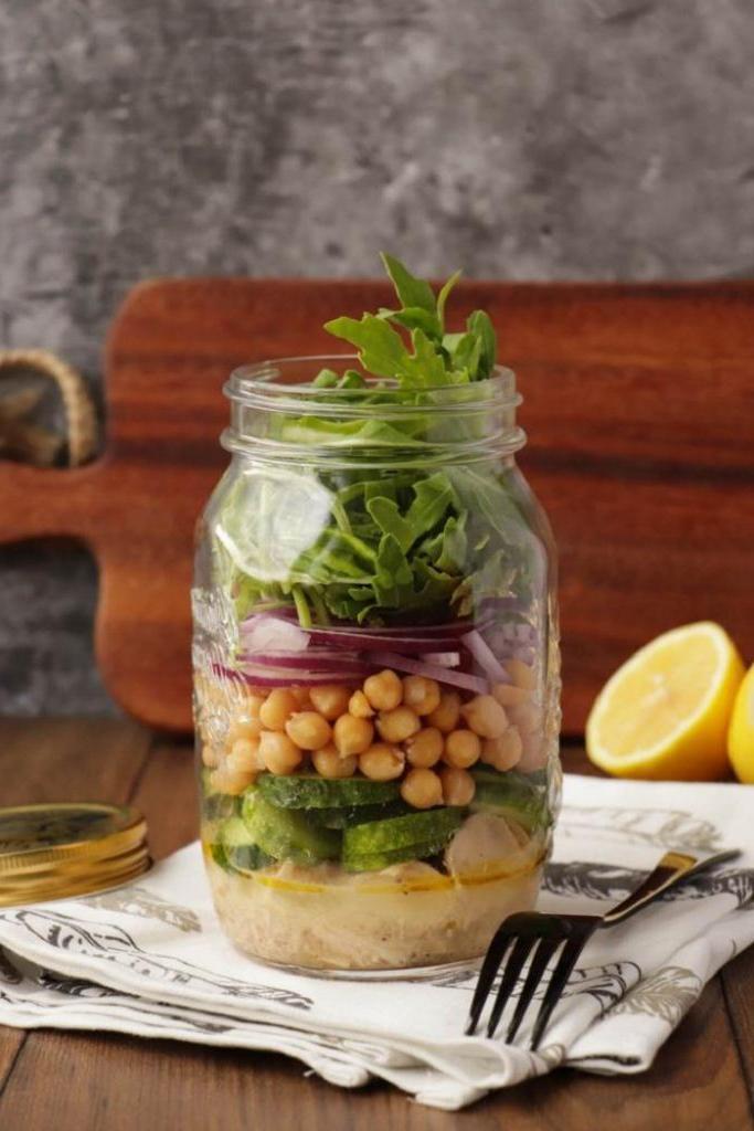 Полезный салат с консервированным тунцом и нутом, огурцами и рукколой: сочетает очень необычное, но вкусом покоряет сразу