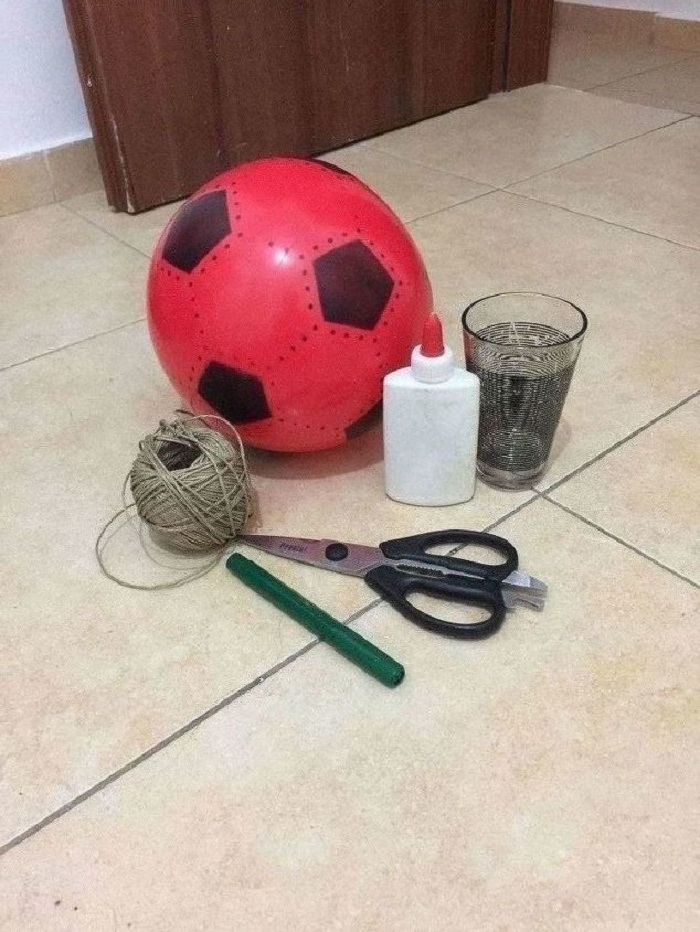Взяла футбольный мяч, нити, клей и сделала дизайнерскую люстру: дешево и очень стильно