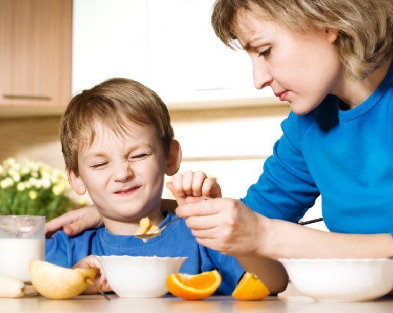 Не нужно заставлять детей есть, когда они не хотят: психолог привела примеры из жизни, объяснив, почему это плохо