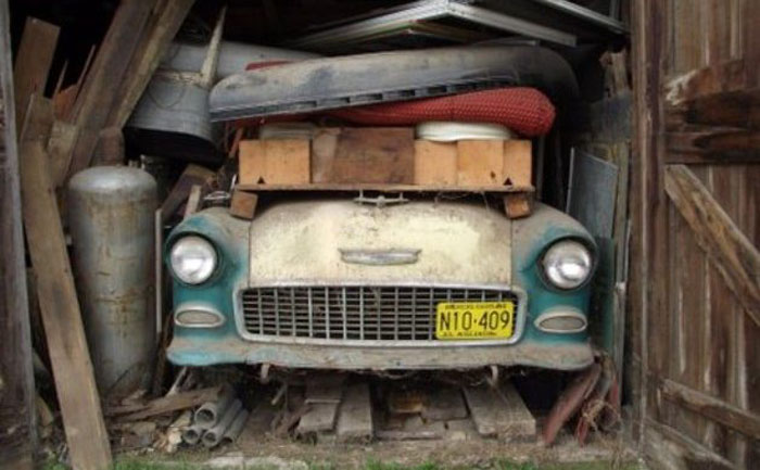 Мужчина нашел в сарае пожилой женщины Chevrolet 1955 года и задался целью восстановить его: комментарии в Сети были самыми разными