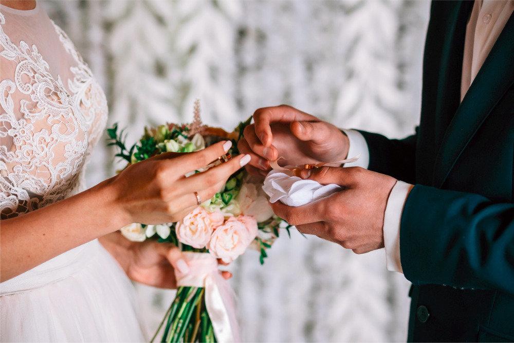 На церемонии бракосочетания жених решил пошутить и дважды сказал нет. Он сразу же понял, что так шутить нельзя