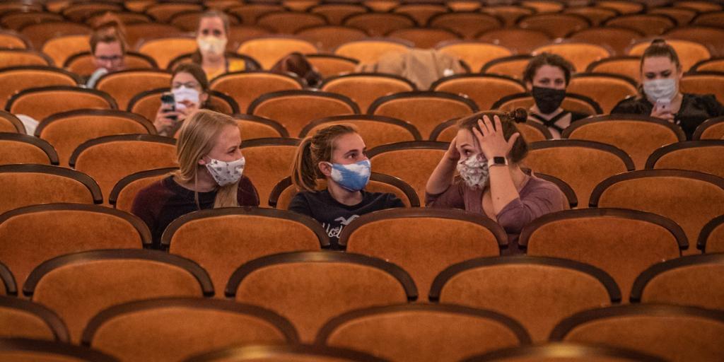Россияне соскучились по кино: молодежь в регионах готова ходить в кино в два раза чаще, чем раньше, а вот москвичи пока еще боятся