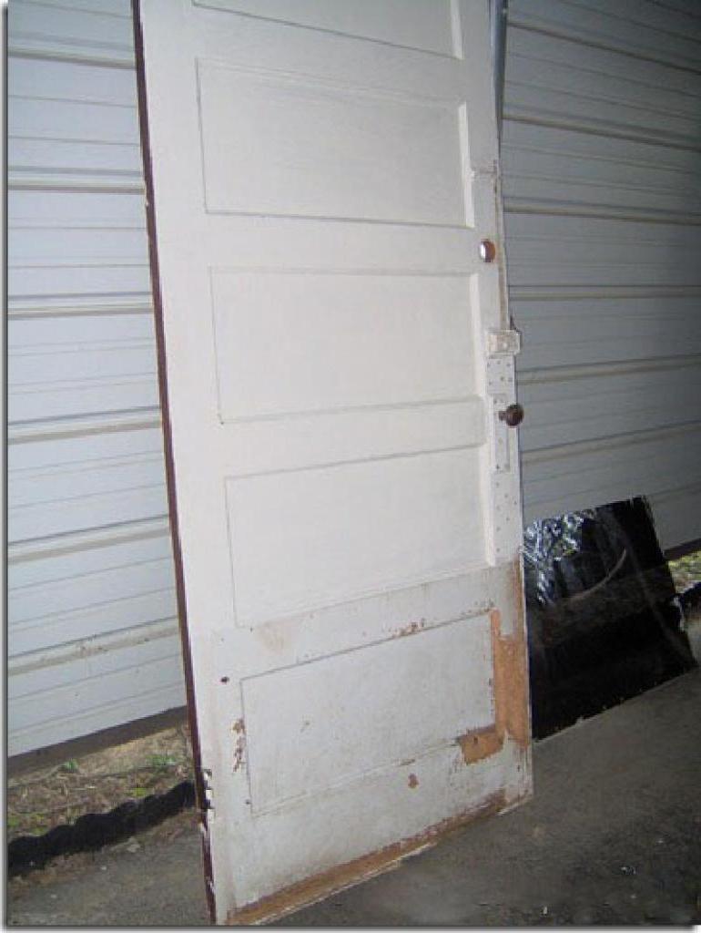 Друг делал ремонт в квартире и выкидывал все старье. Забрала у него дверь и сделала из нее симпатичное изголовье кровати