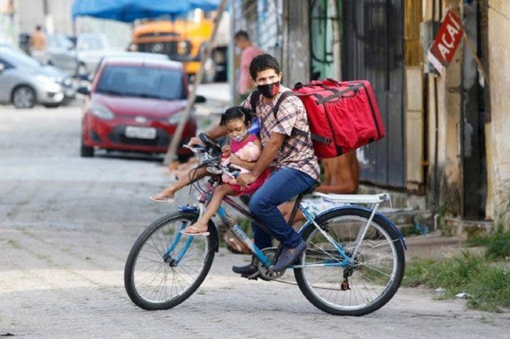 Незнакомец снял, как отец с маленькой дочкой доставляют еду на велосипеде. Общественность откликнулась - мужчине подарили мотоцикл
