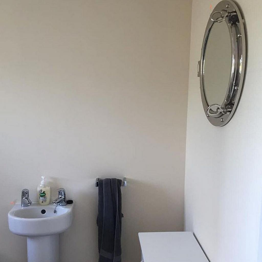 Вдохновившись успехом подруги, которая за 1 день сделала стильный ремонт в туалете, решила обновить свой санузел. Наклейки и обои преобразили его до неузнаваемости