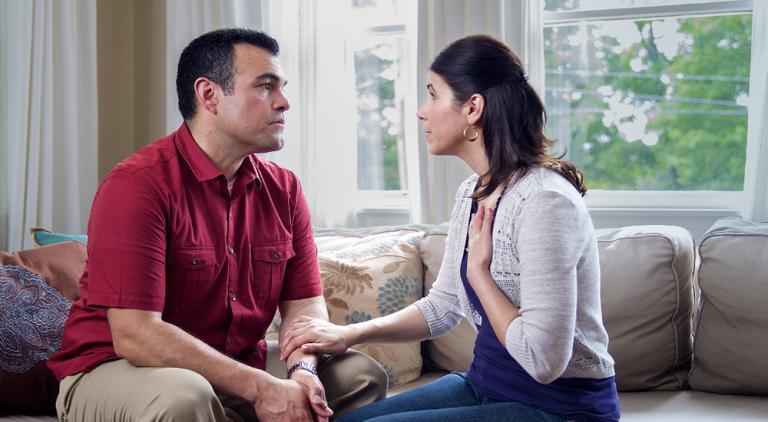 Жена переезжает в гостевую комнату из-за того, что муж постоянно включает свет в 3 часа ночи, собираясь на работу: его реакция была далеко не идеальной