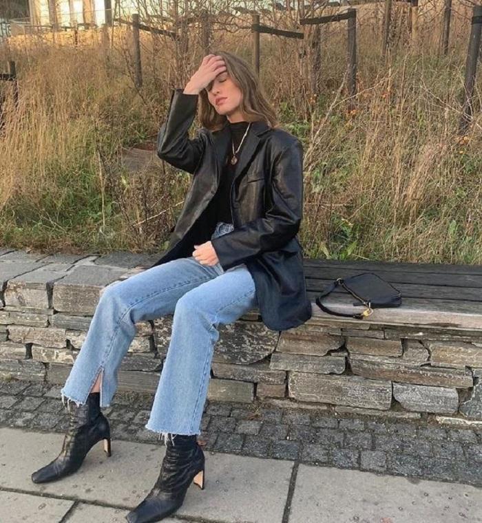 Пока все вокруг носят тренч, молодым девушкам стоит присмотреться к пальто или куртке из кожи: спасет от дождя и придаст стиля