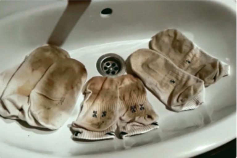 Белые носки отстирываю без проблем. Беру хозяйственное мыло и перекись водорода