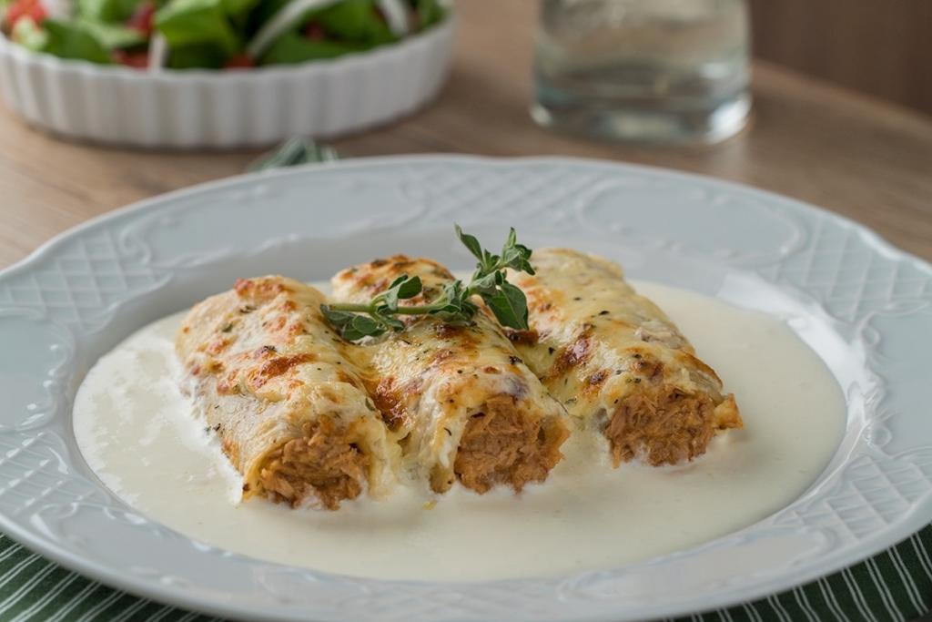Вместо традиционной запеканки из макарон для лазаньи готовлю не менее вкусные рулетики с тунцом в сливочном соусе: делюсь рецептом