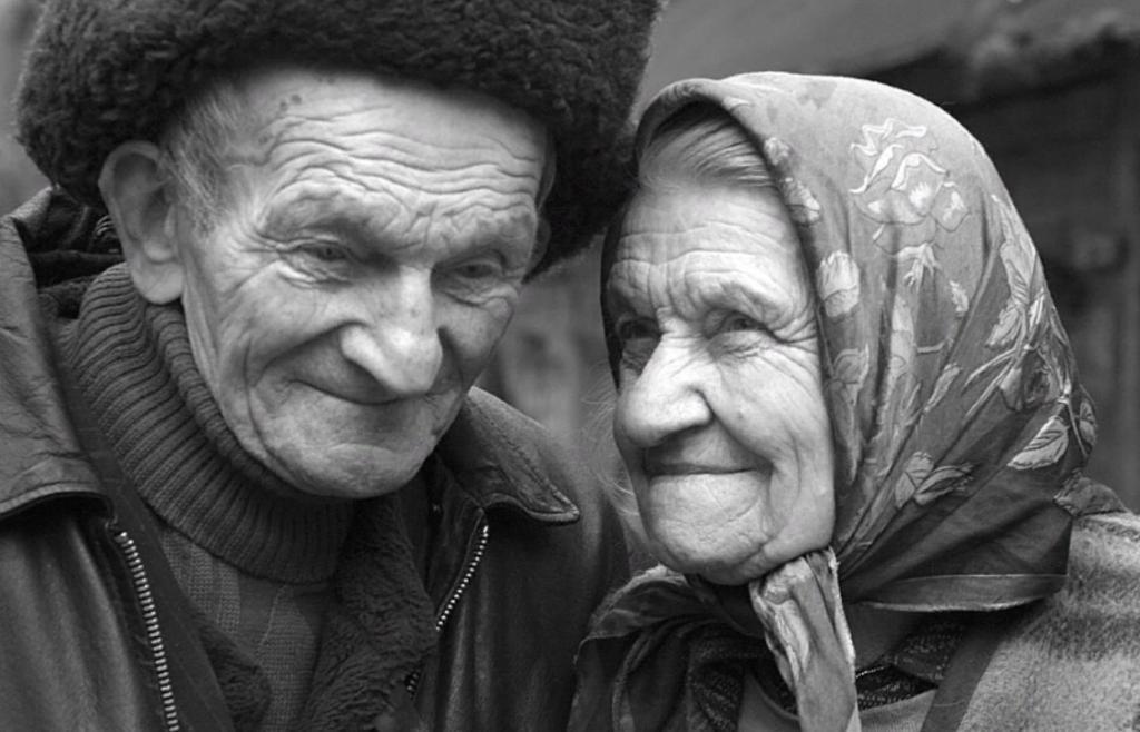 Ошибки одиноких стариков: как родители сами воспитывают детей, которые оставят без  стакана воды  в старости