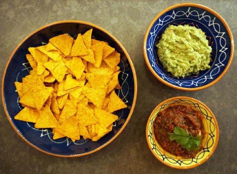 Настоящая сальса из мексиканской поваренной книги: начос и сальса - прекрасная закуска к просмотру фильма
