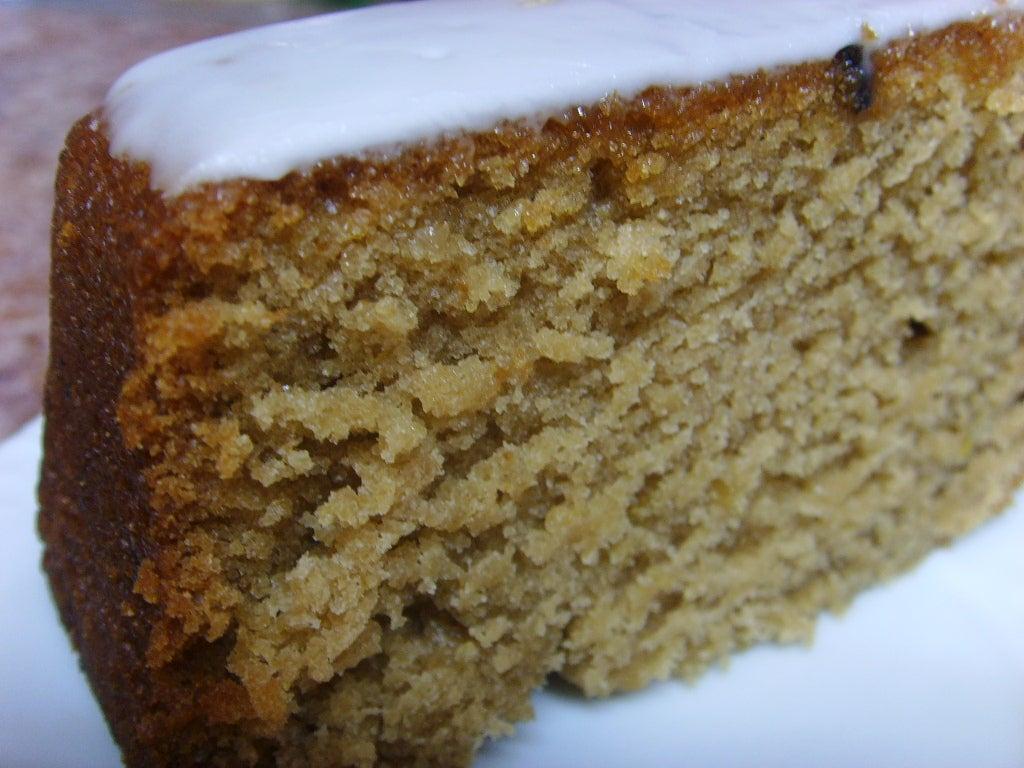 На десерт приготовила веганский кекс со вкусом лайма: украсила лакомство белой глазурью