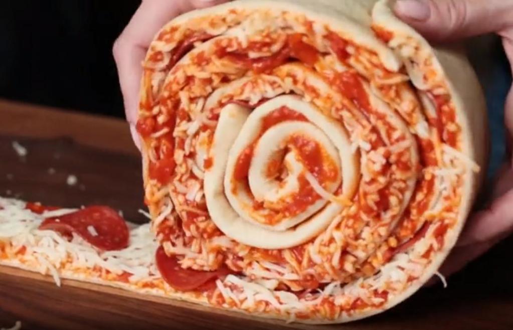 Сделала как обычную прямоугольную пиццу, разрезала на полоски и свернула в форме розочки: ничем не хуже традиционной, но выглядит эффектнее