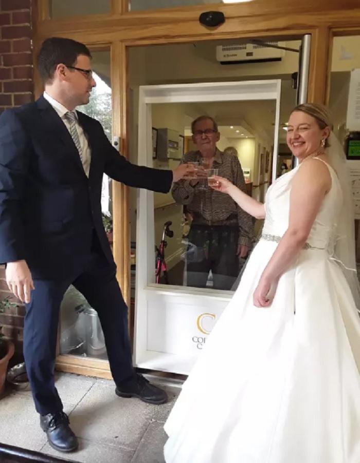 Молодожены проехали больше 300 км, чтобы дедушка увидел их в свадебных нарядах