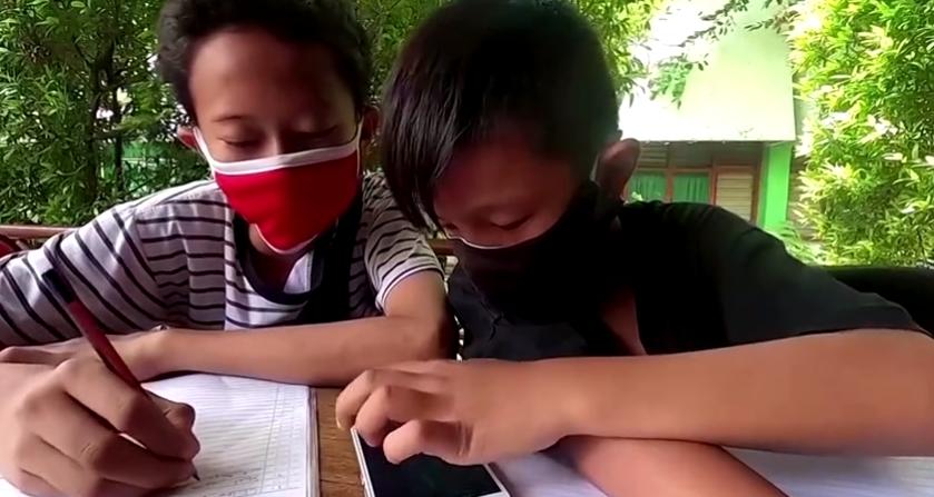 Изголодавшись по Wi-Fi: индонезийцы торгуют пластиковым мусором, чтобы учиться онлайн