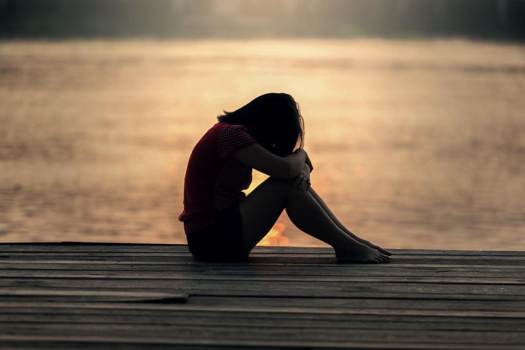 Увеличение веса, головная боль и не только: ученые назвали симптомы одиночества