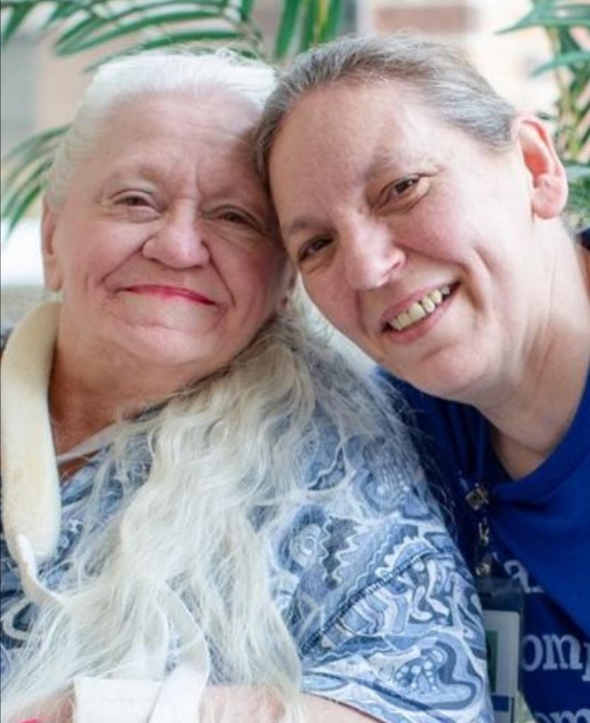 Медсестра всю жизнь мечтала найти свою родную сестру: однажды она увидела ее фамилию в списках пациентов