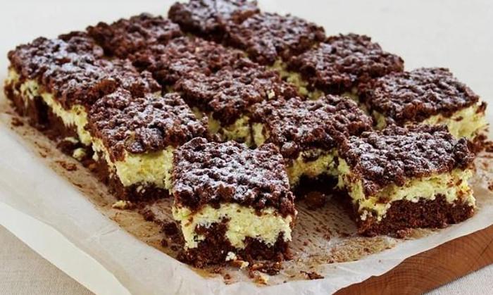 Секрет в нежной творожной начинке. Яйца, масло, какао — испечь этот простой торт-пирог сможет любой, настолько прост его рецепт