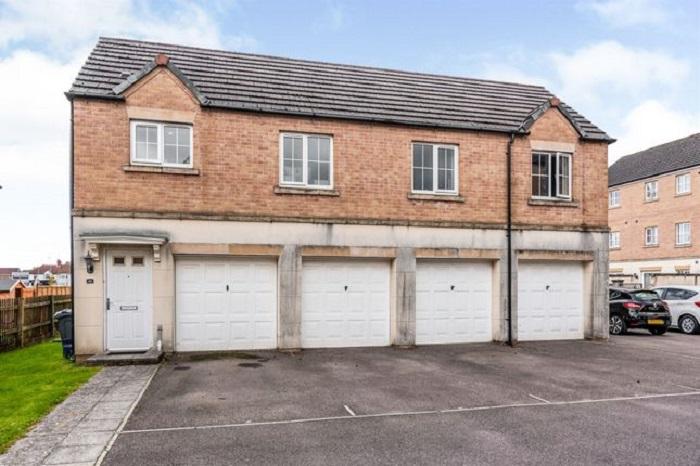 Двухкомнатная квартира над гаражом, выставленная на продажу, привлекла внимание интерьером и ремонтом