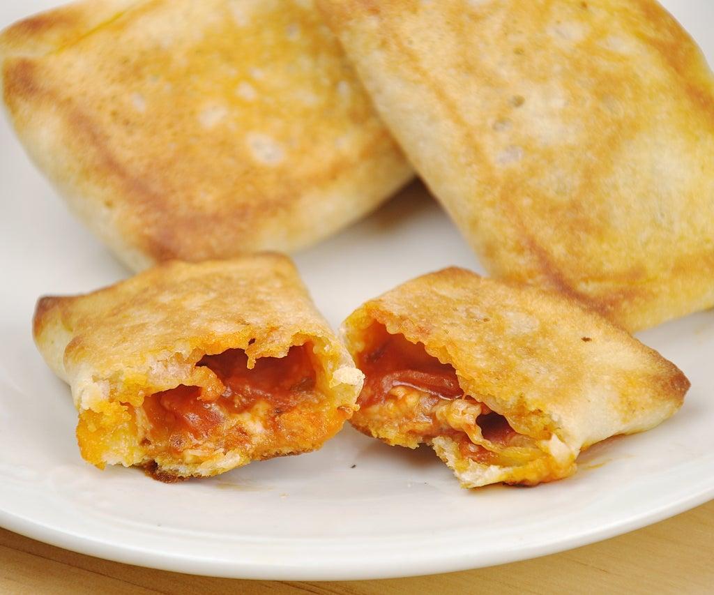 Готовлю для деток сытные конвертики с сыром и колбасками: на вкус совсем как пицца, но намного сытнее