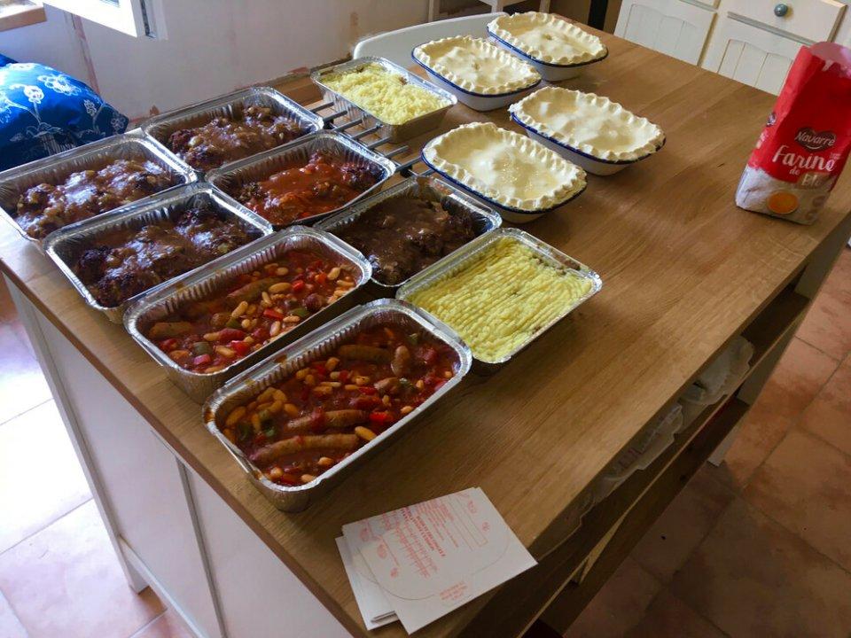 Женщина, которая не любит стоять у плиты, поделилась секретом экономии времени: она готовит запеканки и пирожки