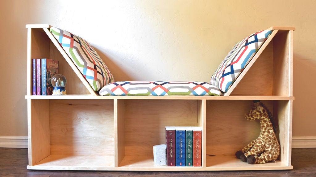 Книжная полка и по совместительству мягкое кресло для чтения: мастерим удобную конструкцию, которая сэкономит место в комнате