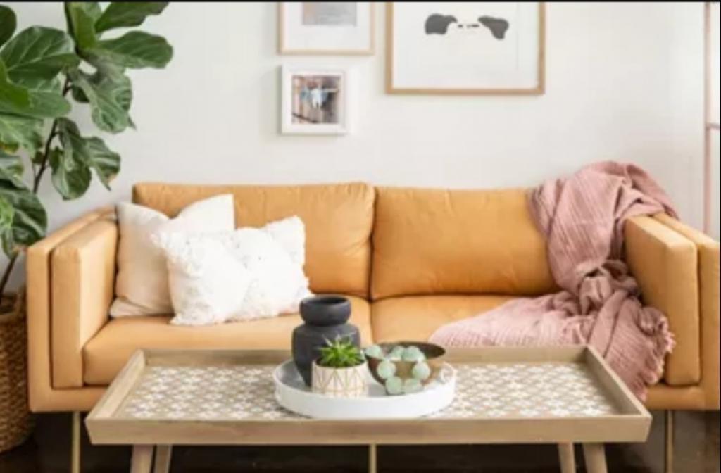Девушка преобразила скучный журнальный столик с помощью трафарета: цветочный принт добавил уюта в комнату