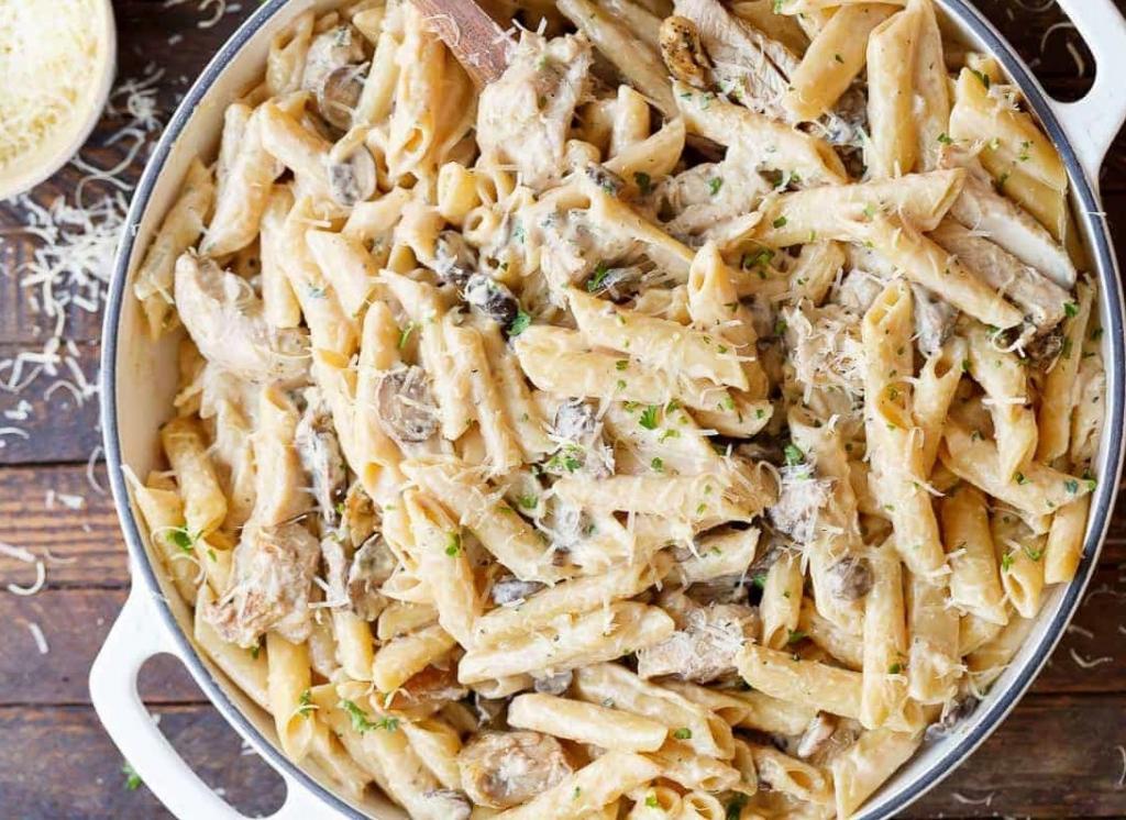А весь секрет – в соусе! Сливочно-грибная куриная паста: простой и вкусный ужин готовится в одной кастрюле