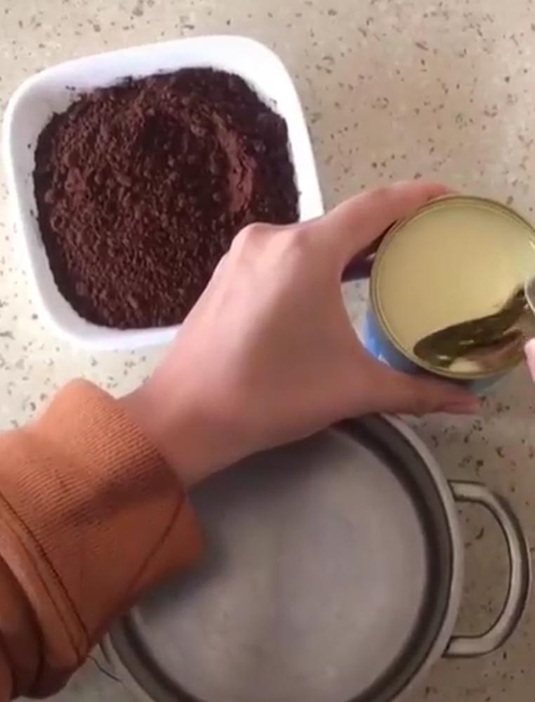 Научила свою дочурку готовить шоколадные конфеты из 2 ингредиентов: теперь сладости домой не покупаю, кушаем ее десерт