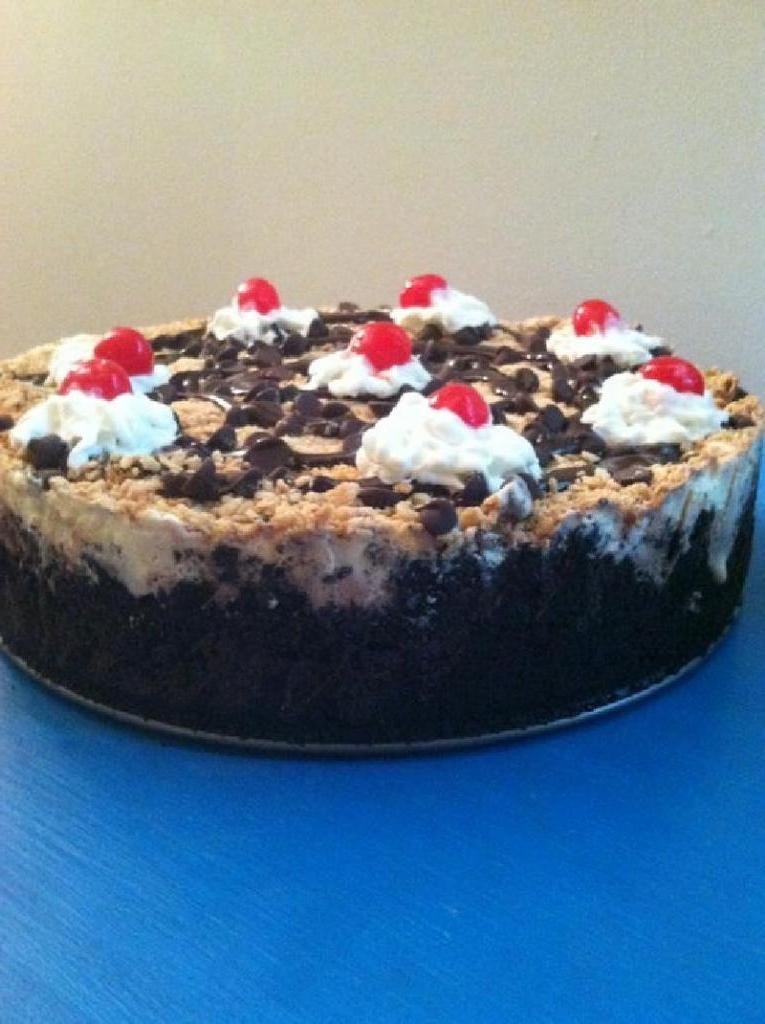 Торт-мороженое с вафлями и печеньем Орео: лакомство выглядит очень празднично и аппетитно