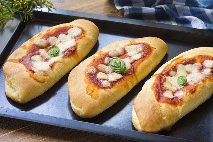 Пышные булочки с начинкой из колбасы и томатным соусом: кто-то называет их мини-пиццами, кто-то чебуреками