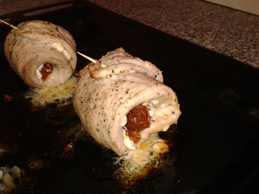 Из свиных отбивных готовлю очень вкусные рулетики: заворачиваю в мясо сыр и вяленые помидоры
