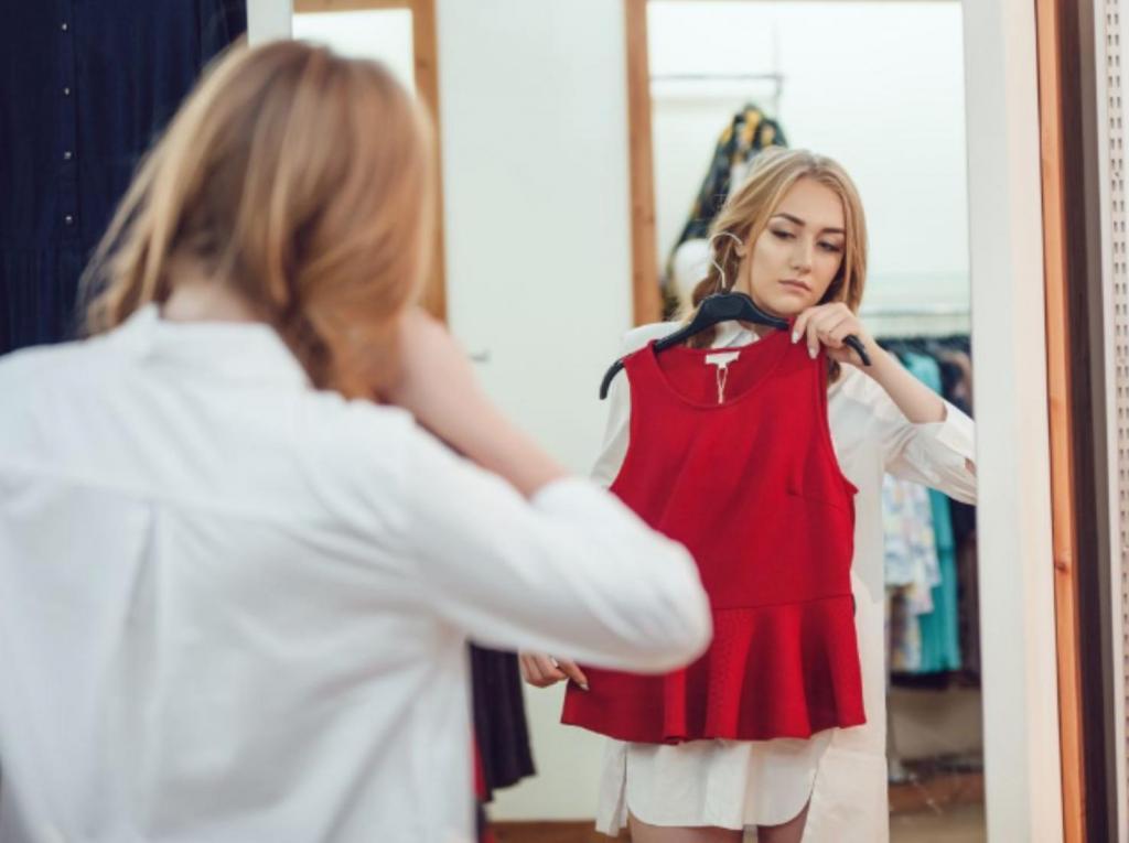 Не выпуская из рук санитайзер: можно ли примерять одежду в торговых центрах