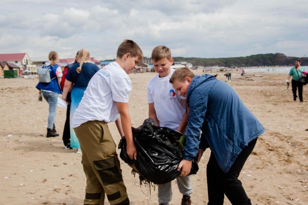 Всероссийская акция Экодежурный по стране стартовала во Владивостоке. Школьники очистили приморский пляж