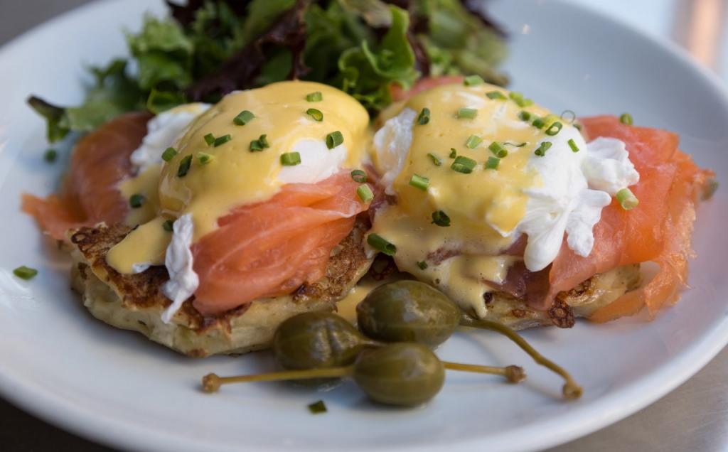 Король завтрака: лососевые яйца Бенедикт, которые можно приготовит дома, соблюдая некоторые правила
