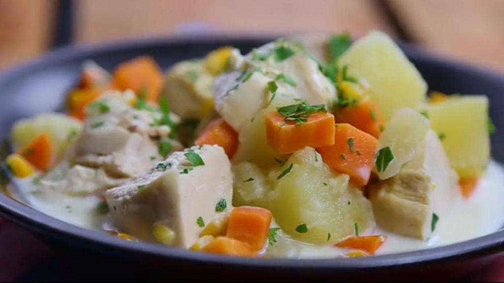 Куриное рагу с овощами, кукурузой и сливками: осенью это блюдо особенно хорошо