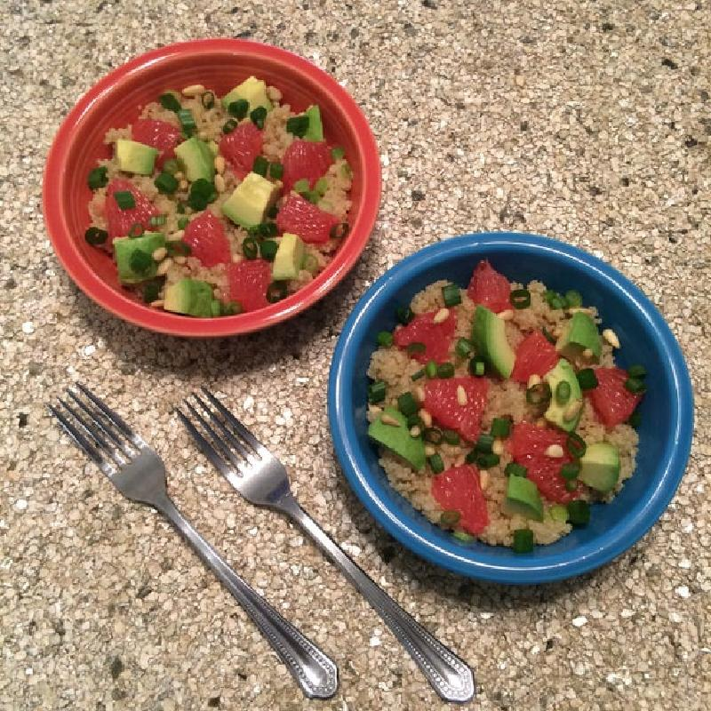 Вместо скучного гарнира готовлю теплый салат из киноа, грейпфрута и авокадо: отлично насыщает и заряжает витаминами