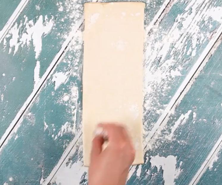 Заворачиваю целый банан в слоеное тесто, нарезаю на кусочки и обжариваю в масле: рецепт банановых оладушек за считанные минуты