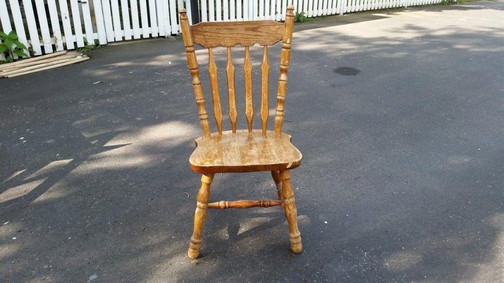Попался на глаза старый стул, который долго валялся в сарае. Отпилила спинку и сделала симпатичный кофейный столик
