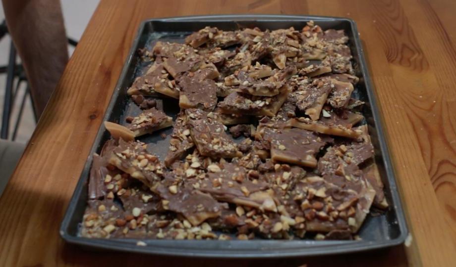 Шоколадки в магазинах не покупаю, готовлю домашние конфеты с шоколадом, орехами и карамелью: вкуснятина получается необыкновенная