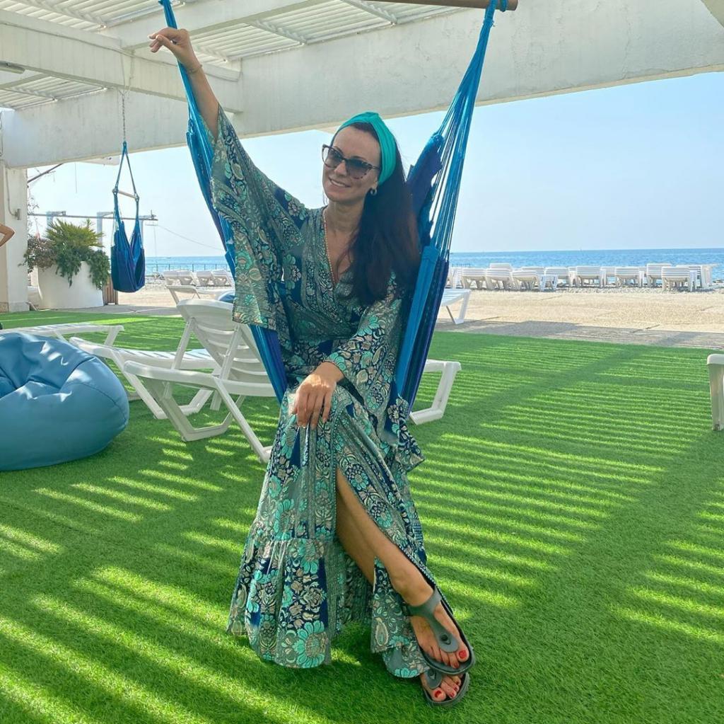Нонна Гришаева восхитила морскими фото. 49-летняя актриса выглядит потрясающе