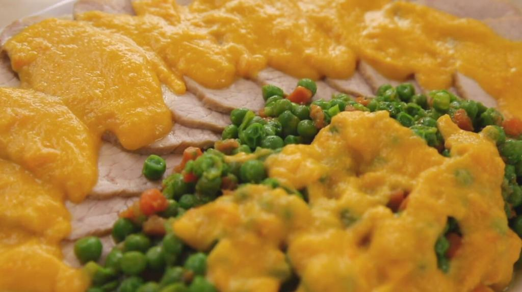 Свиная корейка в кастрюле с крем-соусом из овощей: еще никто не жаловался, что мясо получается суховатое